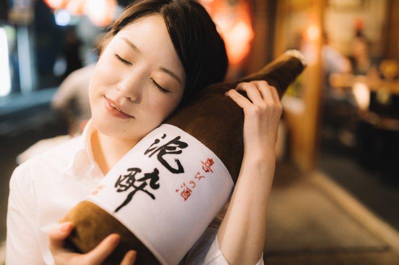 是真心喜歡喝酒,還是喜歡大家聚在一起的感覺?(圖/pakutaso)