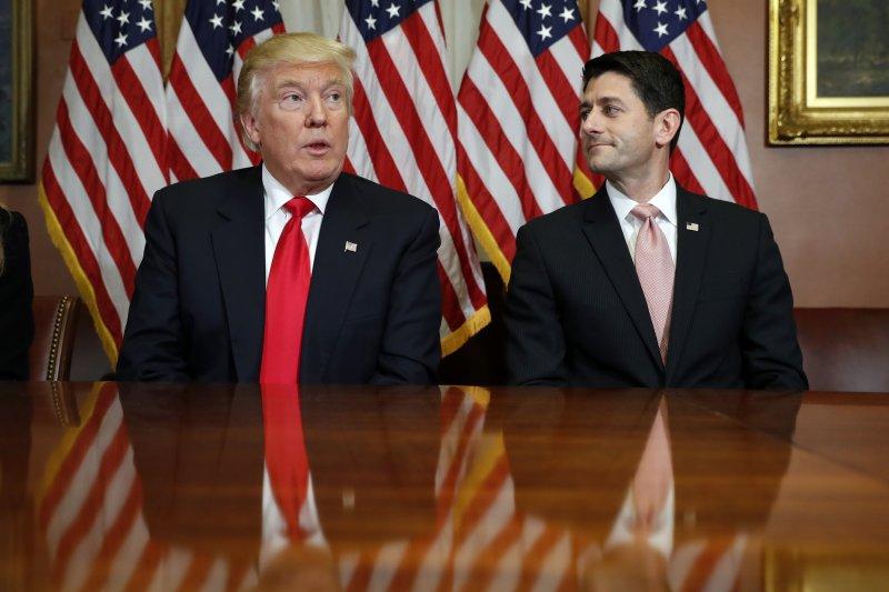 美國總統當選人川普(左)與聯邦眾議院議長萊恩(右)共進午餐(美聯社)