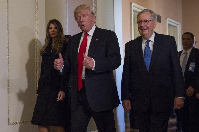 美國總統當選人川普(中)偕妻子梅蘭妮亞(左)與聯邦參議院共和黨領袖麥康奈爾(右)會面(美聯社)