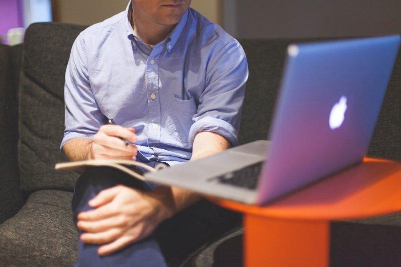 工作壓力很大,老闆、上司又什麼事都管,可能縮短生命,增加提早死亡風險。(圖/StartupStockPhotos@pixabay)