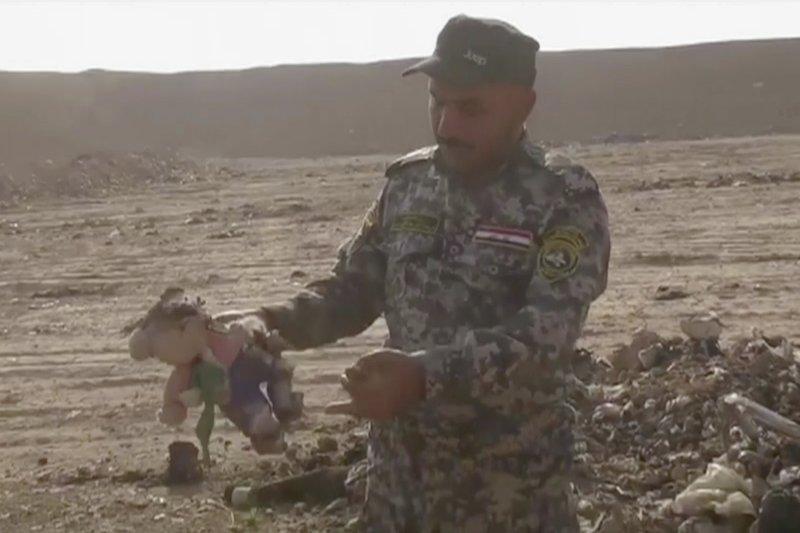 伊拉克士兵在哈曼阿里爾聞到腐臭味,發現一處斷頭百人塚(美聯社)