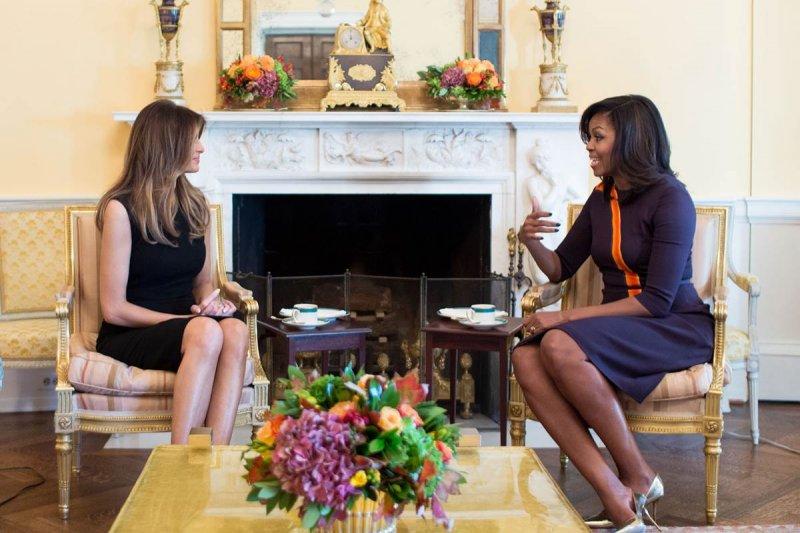 美國現任第一夫人蜜雪兒(右)與準第一夫人梅蘭妮亞首度在白宮會面(Chuck Kennedy / The White House)
