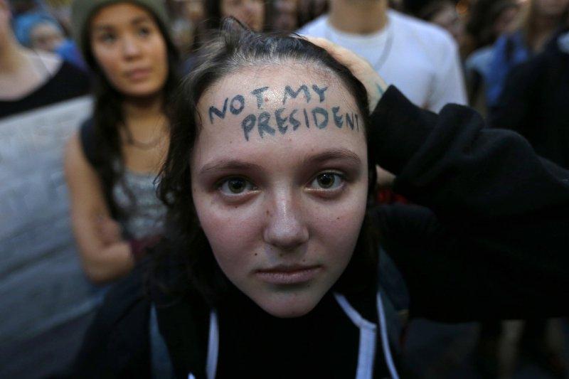 全美爆學生罷課示威潮,怒喊「川普不是我的總統」(AP)