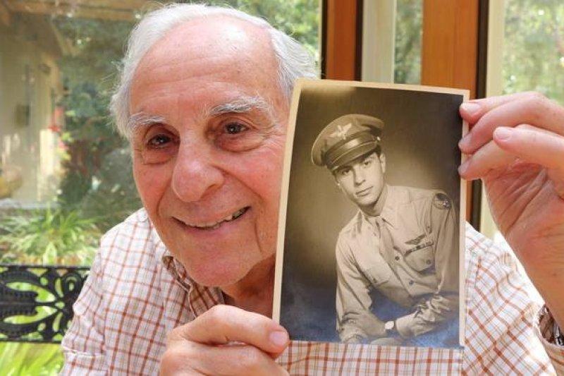 受訪的老兵爺爺,開心秀出當年帥氣的照片。(取自Heroes of the Second World War臉書)