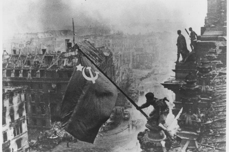 蘇聯在柏林攻防戰中勝出,紅軍士兵於1944年5月2日在德國國會大廈屋頂揮舞蘇聯國旗。(維基百科/Fair Use)