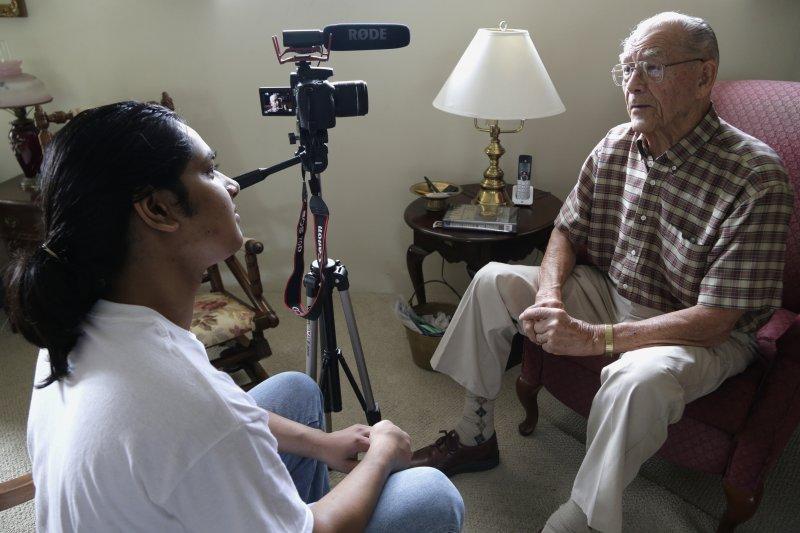 美國19歲少年夏爾馬(Rishi Sharma)崇拜在戰場上犧牲奉獻的英雄,高中畢業後開始採訪退休的二戰老兵(AP)
