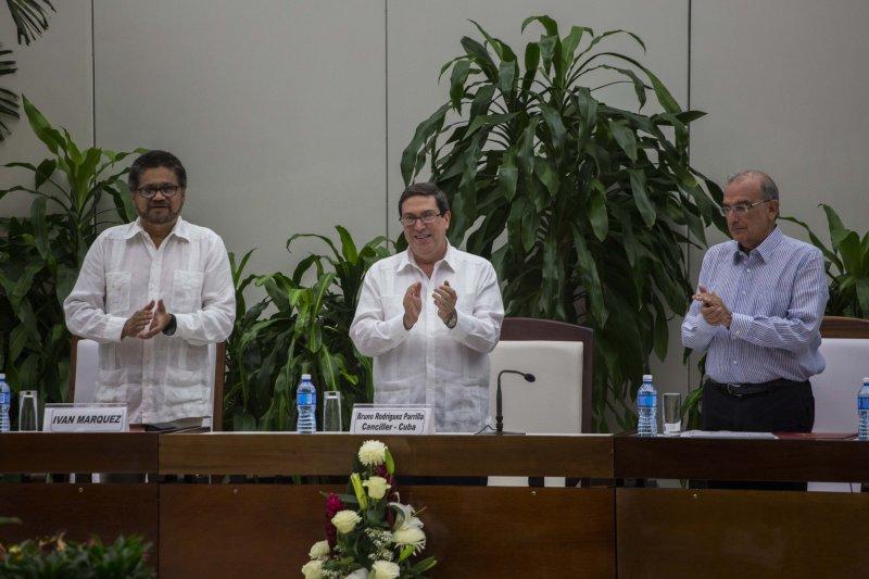 哥倫比亞政府與叛軍FARC代表12日在古巴哈瓦那簽署和平協定(AP)