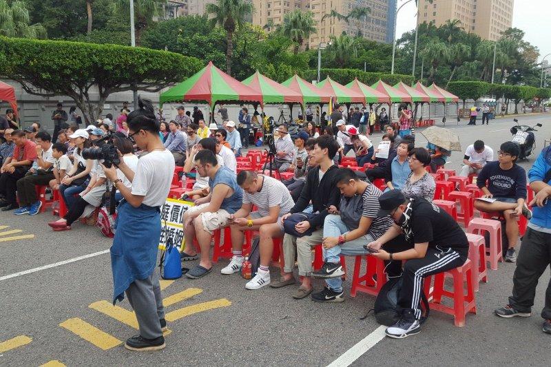 「中華世界大同幸福勞動聯盟」11月12日在凱道前舉辦反同婚夜宿活動。(取自「我是台灣人 (I am Taiwanese)」臉書)
