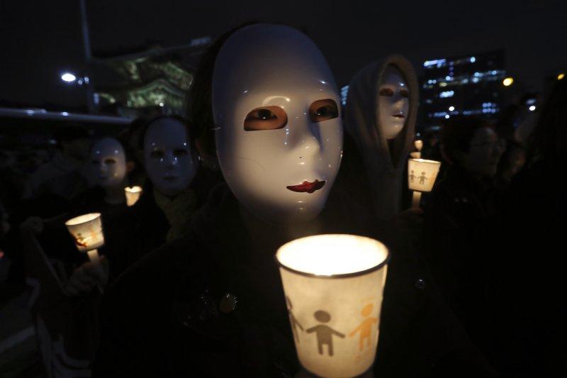 南韓總統朴槿惠親信門干政風暴持續延燒,12日晚間大批學生與民眾聚集在首爾市中心要求朴槿惠下台。(美聯社)