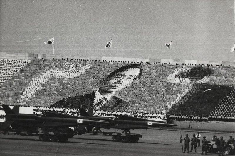 1973年的軍隊遊行,以人排成總統朴正熙畫像。(Baek, Jong-sik @wikipedia/CC BY-SA 2.5)