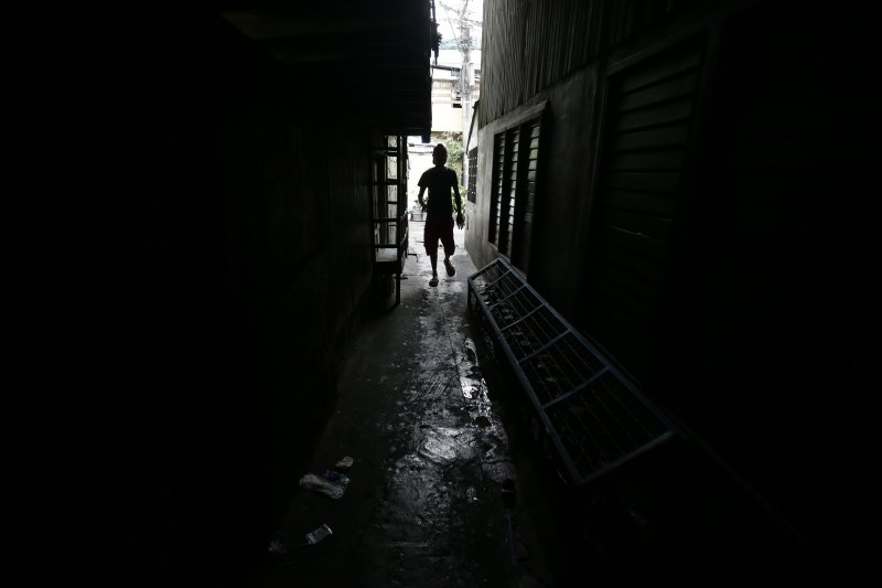 菲律賓女子卡祖歐(Harra Kazuo)一家人棲身的貧民窟(AP)