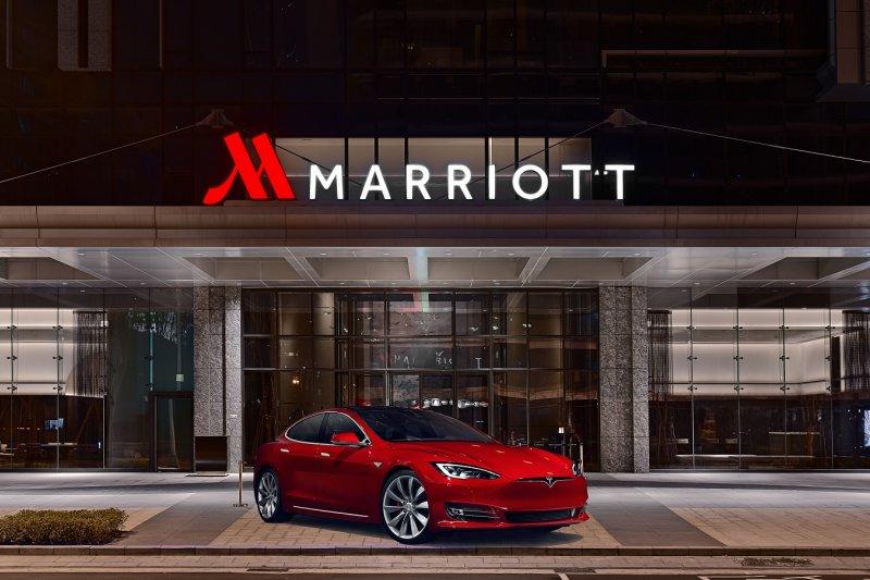 台北萬豪酒店再次引進創新科技,和全球車迷夢想都擁有的電動車『特斯拉Tesla』合作。(圖/台北萬豪酒店提供)