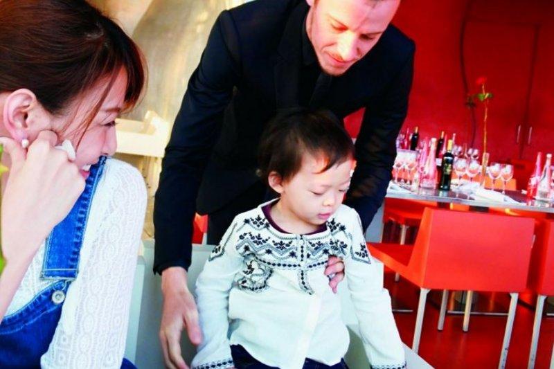 台灣父母還在跟餐廳要兒童椅跟塑膠餐具?女藝人:法國2歲小孩已會自己優雅用餐-風傳媒