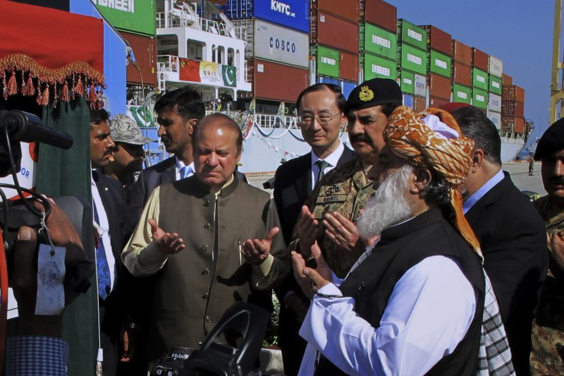 巴基斯坦新貿易港口瓜達爾港(Gwadar )正式開通,巴基斯坦總理謝里夫(中間左)強調,中巴經濟走廊對巴基斯坦經濟有重大意義。(AP)