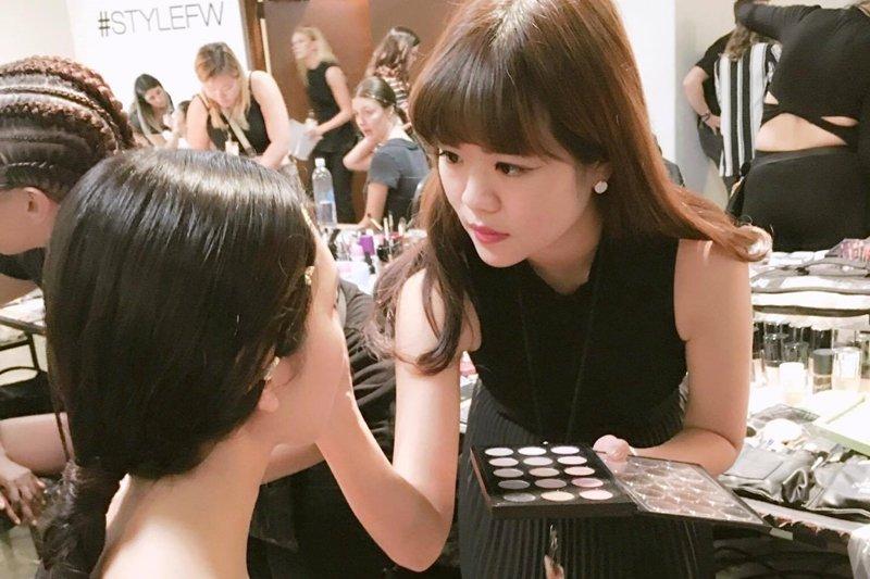 在紐約時裝周的後台,彩妝師們可是相當忙碌的!(圖/李敏提供)