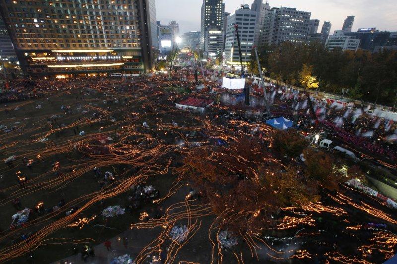 百萬南韓民眾12日走上街頭,要求朴槿惠立刻下台。(美聯社)
