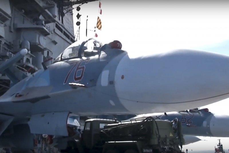 俄國航空母艦庫茲涅佐夫號甲板上的Su-33。(美聯社)