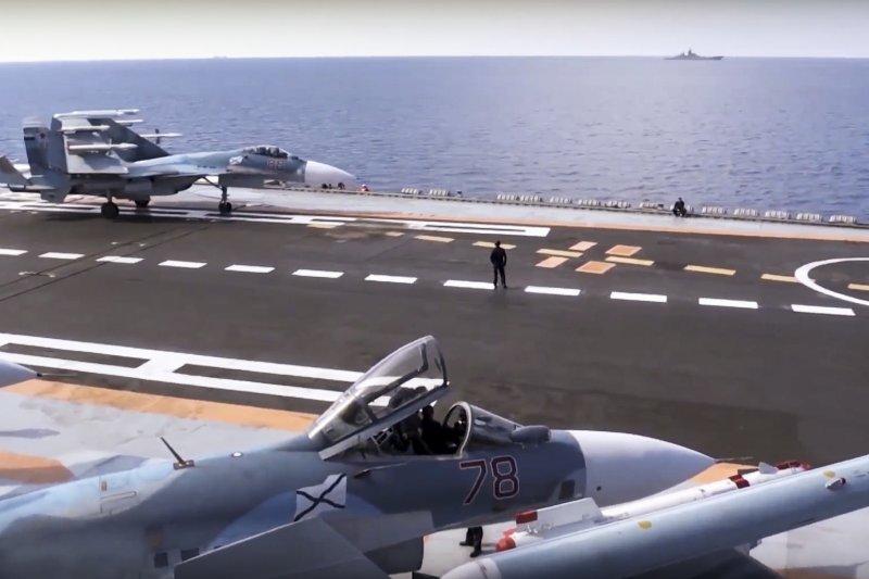 俄國航空母艦庫茲涅佐夫號與其主力艦載機Su-33。(美聯社)
