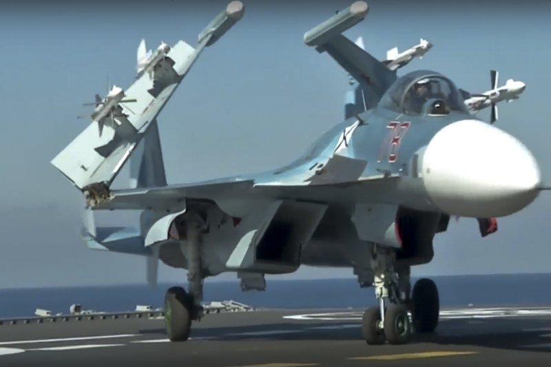 停放在俄國航空母艦庫茲涅佐夫號甲板上、雙翼收疊的Su-33。(美聯社)
