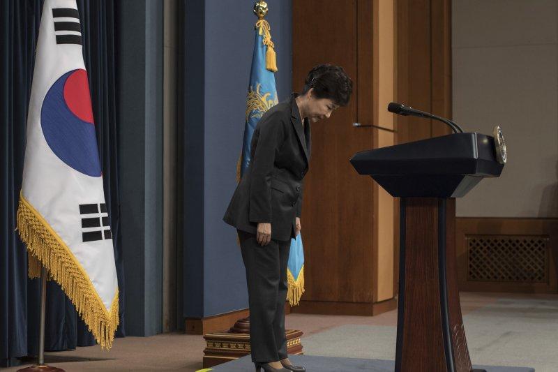 南韓總統朴槿惠向全國國民鞠躬致歉。(美聯社)