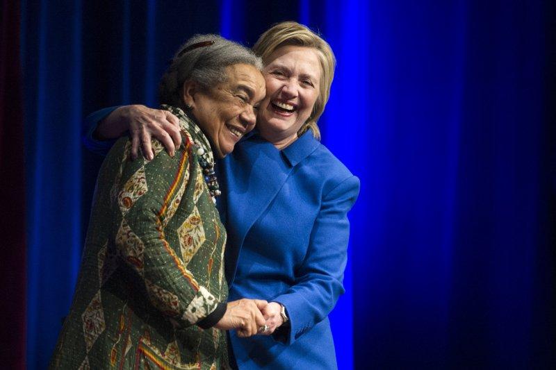 美國民主黨總統候選人希拉蕊與兒童保護基金會創辦人艾德曼女士擁抱(美聯社)