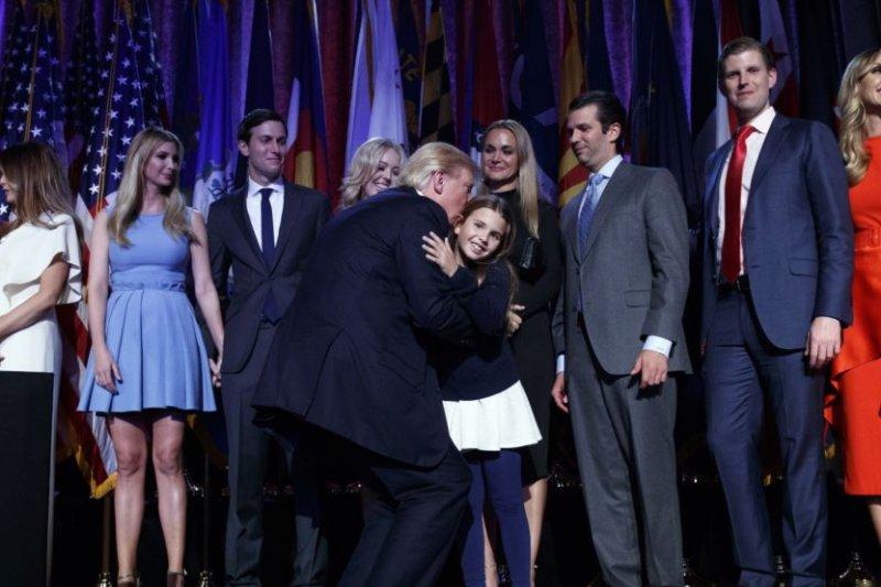 2016年11月9日,在紐約的大選之夜聚會中,美國當選總統川普和家人,包括他的子女和女婿。(美國之音)