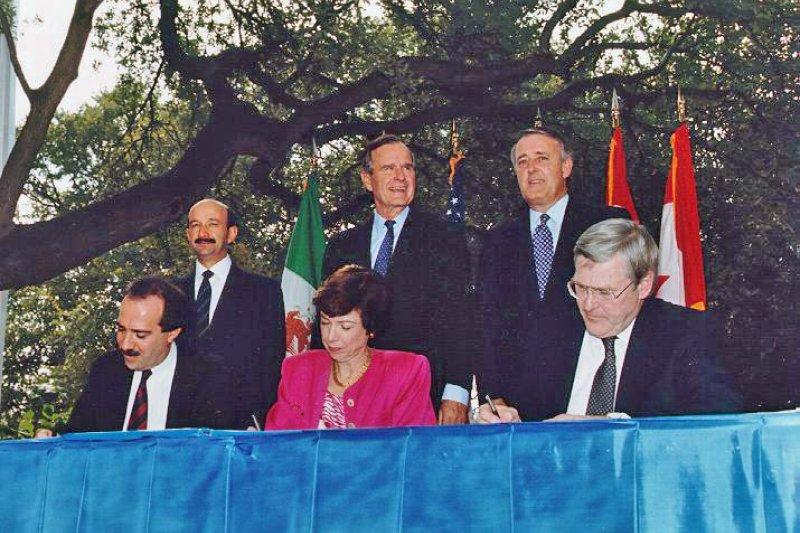 美國前總統老布希(中)、加拿大前總理穆爾羅尼(右)、墨西哥前總統沙林納斯(左)見證NAFTA草案簽署(翻攝Wikipedia)
