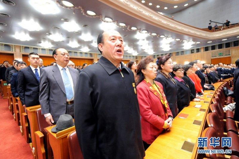 我退將赴陸參加紀念孫中山150誕辰紀念,唱中國國歌時也隨同與人士起立,引發爭議。(圖中人物非為退將/新華網)
