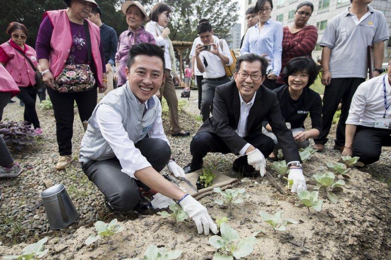 食物森林新竹市開幕,新竹市長林智堅(左一)、環保署長李應元(左二)等到場參與。(新竹市政府提供)