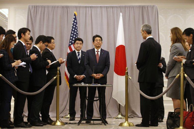 日本首相安倍晉三(中)飛至紐約與美國準總統川普會談(AP)