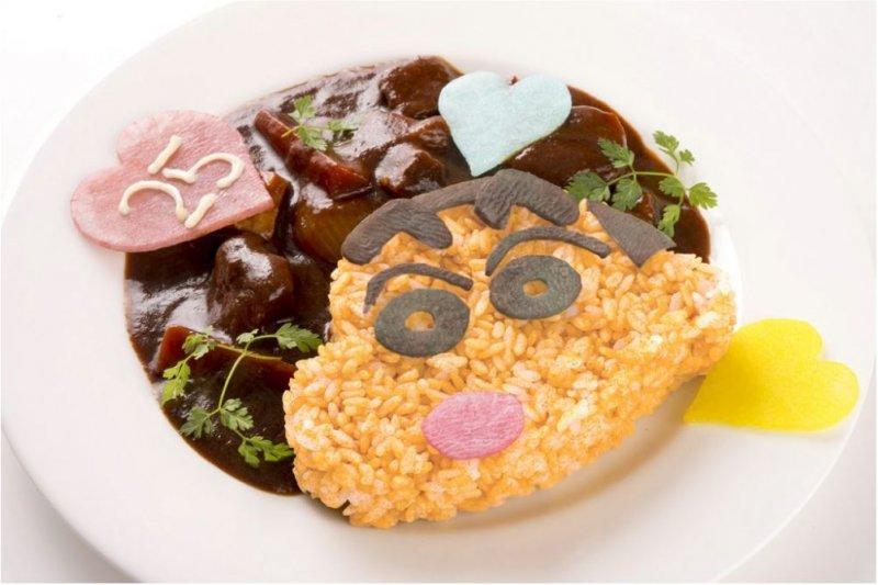 燉牛肉配上小新造型的香料飯,售價1680日元。(圖/蠟筆小新咖啡廳官網)
