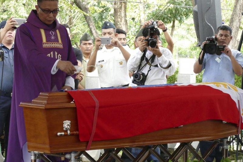 菲律賓大獨裁者馬可仕的遺體,18日迅雷不及掩耳下葬於英雄墓園(AP)