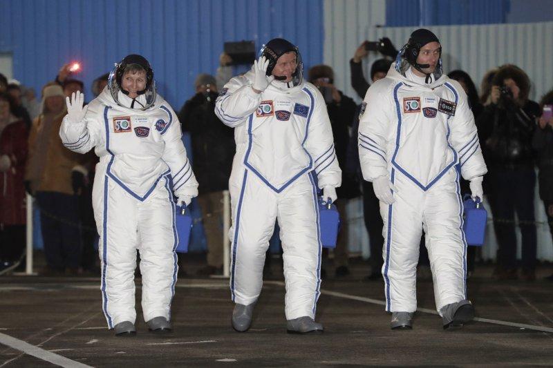 美國資深太空人惠特森(左)、法國菜鳥太空人佩斯凱(右)、俄羅斯太空人諾維茨基(中)前往國際太空站(AP)