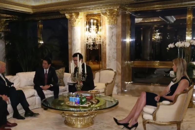 美國總統當選人川普在自家川普大廈接見日本首相安倍晉三,她的女兒伊凡卡也在場。(日本首相官邸網站)