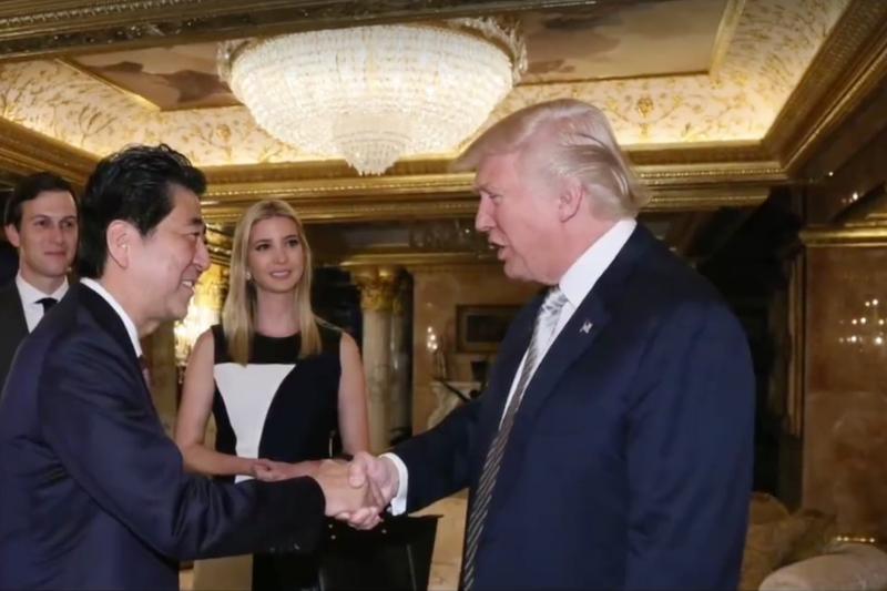 美國總統當選人川普在自家川普大廈接見日本首相安倍晉三。(日本首相官邸網站)