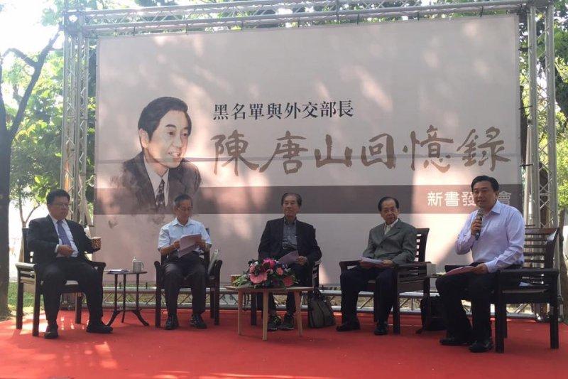 陳唐山(中)19日在台南新營舉辦新書發表簽名會。(取自王定宇臉書)