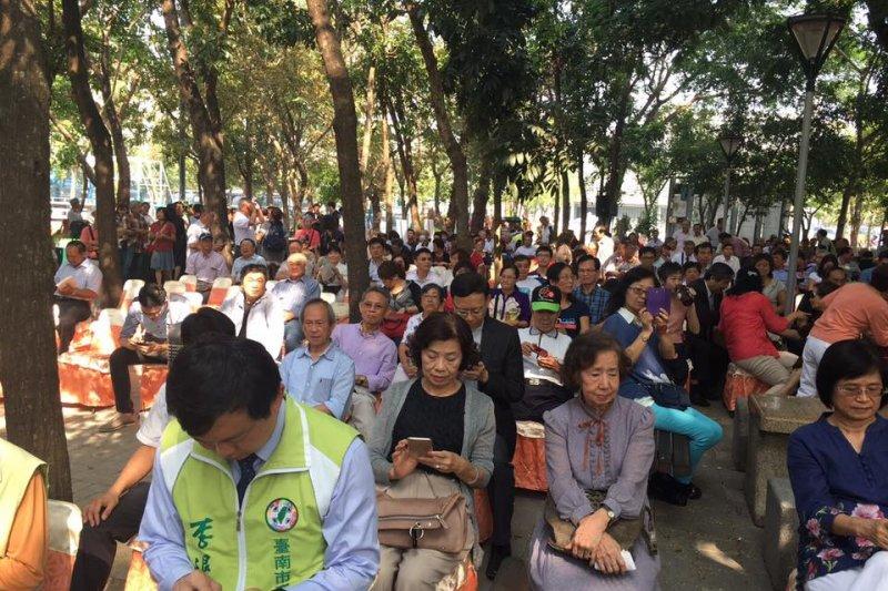 陳唐山新書發表簽名會吸引數百人到場聆聽。(取自王定宇臉書)