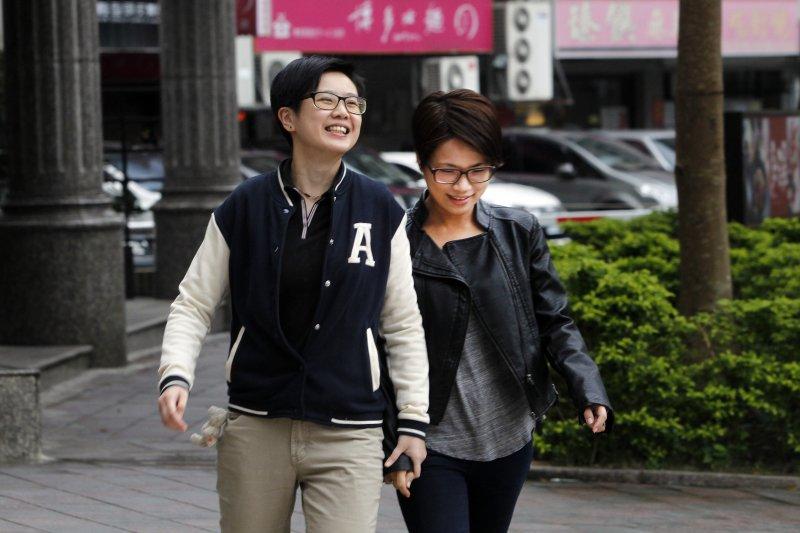 台北市政府12月26日起開始核發「同性伴侶證」。(美聯社)