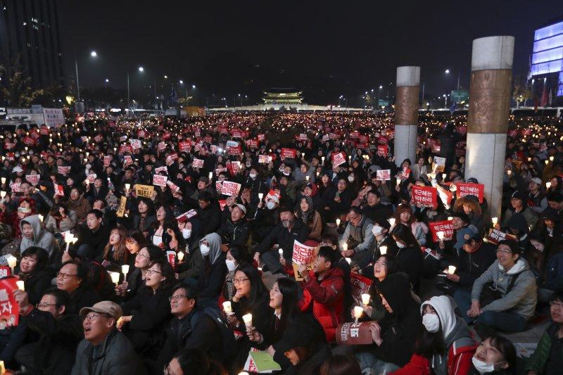 南韓首爾數十萬民眾舉行第4次燭光集會,要求總統朴槿惠下台(AP)
