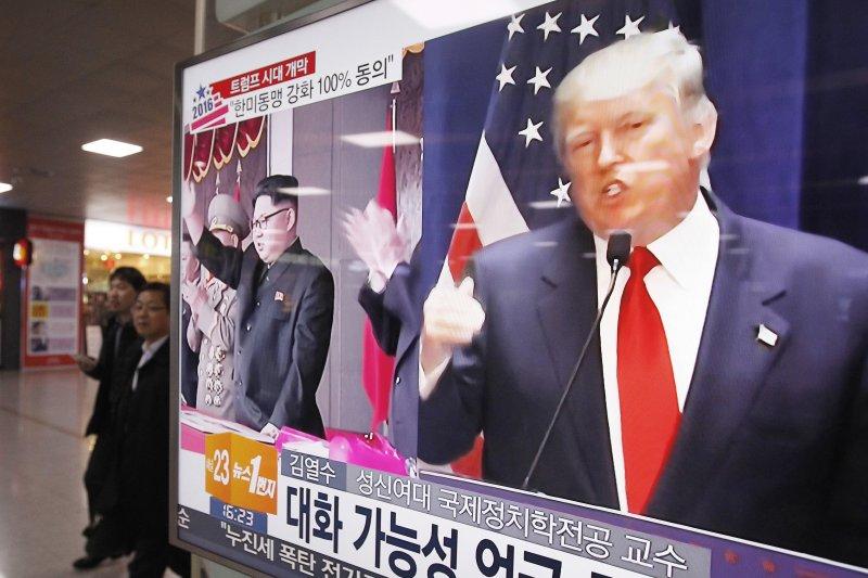 首爾地鐵站的電視螢幕上的川普與金正恩。(美聯社)