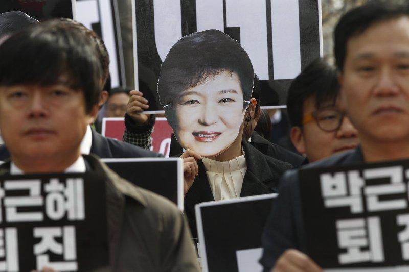 南韓總統朴槿惠放任「閨蜜」親信崔順實干政貪瀆,引發民眾強烈抗議(AP)