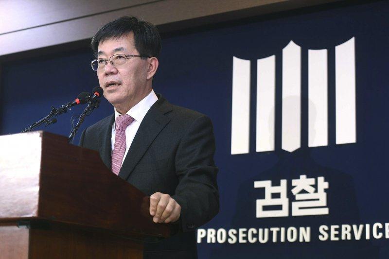 南韓檢察官李永烈20日說明朴槿惠總統在「親信門」一案的涉案情形(AP)