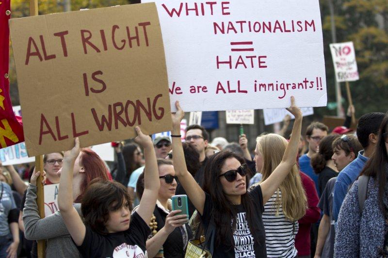 美首府華盛頓抗議川普的民眾,手拿「極右派大錯特錯」、「白人民族主義同於仇恨」的標語。(美聯社)
