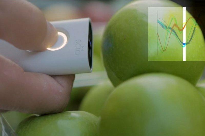 輕輕掃描要吃的食物,只要十秒就能就能分析出相關營養數據諸如卡路里、糖分等。(翻攝自youtube)