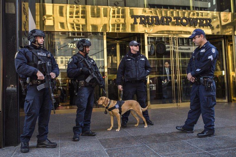 美國準總統川普位在紐約的住家川普大樓門前戒備森嚴(美聯社)