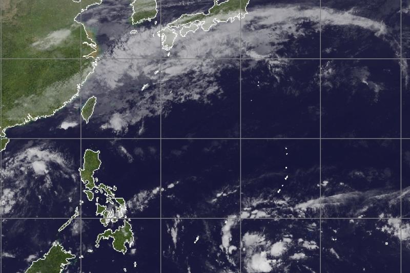 根據21日紅外線衛星雲圖顯示,在關島南方海域有熱帶擾動正在發展,是否能順利形成今年第25號颱風?值得觀察。(取自氣象應用推廣基金會)