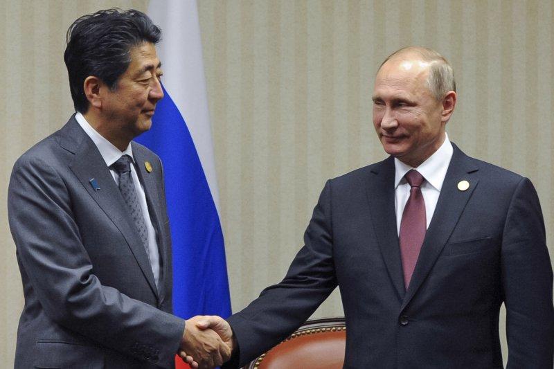 俄國總統普京與日本總理安倍晉三。(美聯社)