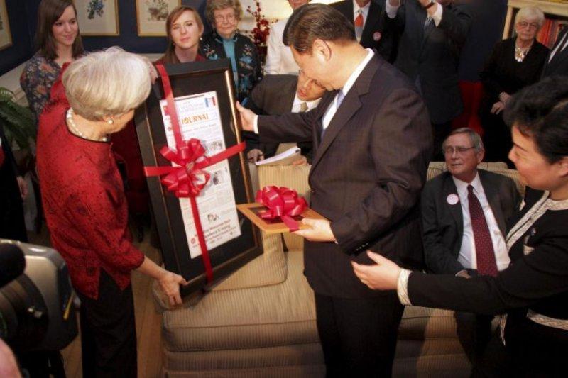 時任中國國家副主席的習近平在2012年再次拜訪愛荷華州居民(美聯社)