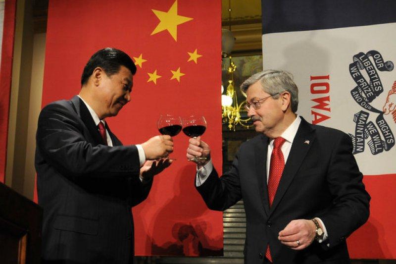 時任中國國家副主席的習近平在2012年訪問愛荷華州,並與州長布蘭斯塔敬酒。(美聯社)