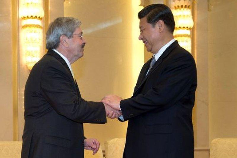 美國愛荷華州長布蘭斯塔2012出訪中國,與中國國家主席習近平握手(美聯社)